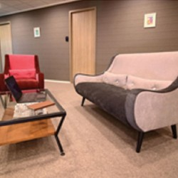 41A05_Break-out area of business center. Spacious and nicely arranged. Office furniture provided.